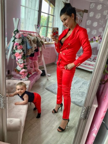 Kostým šitý na mieru v nádhernej červenej farbe
